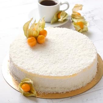 Délicieux gâteau sucré fait maison avec physalis et fruits