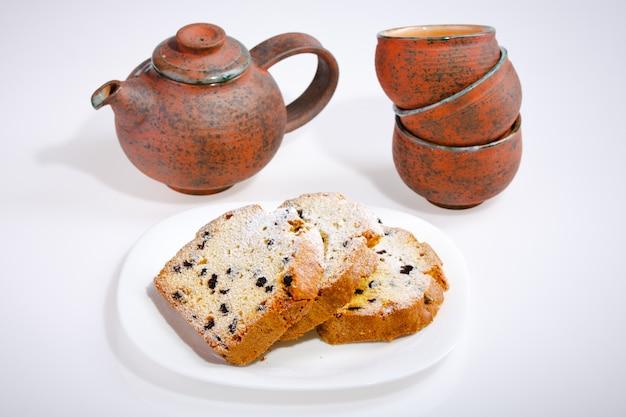 Délicieux gâteau et théière vintage et bols