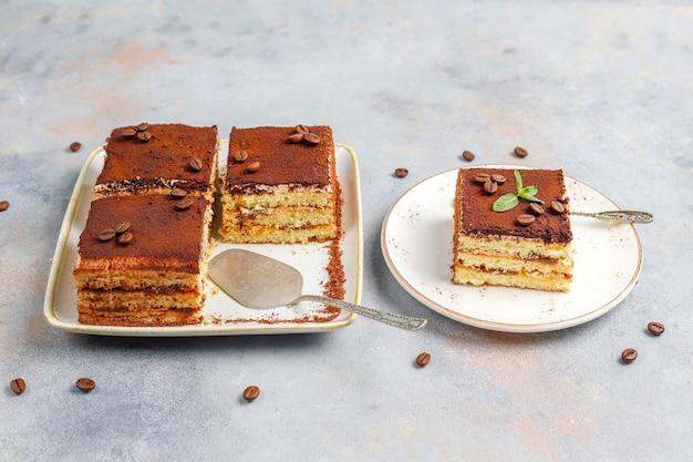 Délicieux gâteau tiramisu fait maison.