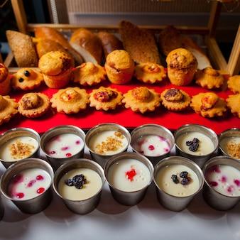 Délicieux gâteaux et crèmes dans une vue en plongée de la cuisine.