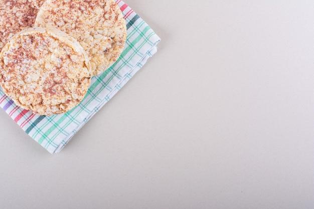 Délicieux gâteaux de riz avec nappe placée sur une table blanche. photo de haute qualité