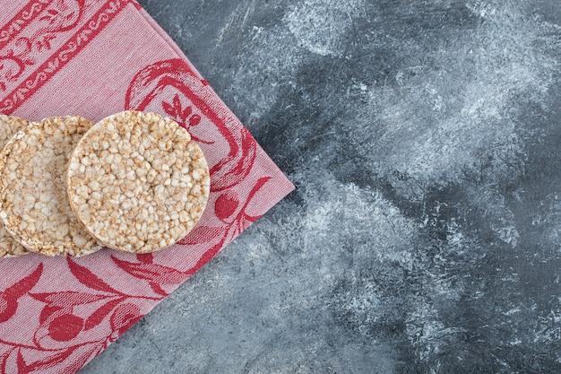 Délicieux gâteaux de riz sur tissu rouge.
