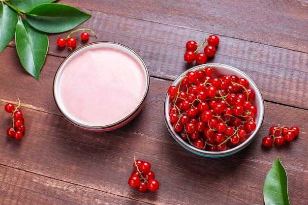 Délicieux glaçage aux groseilles rouges fait maison avec des groseilles rouges fraîches.
