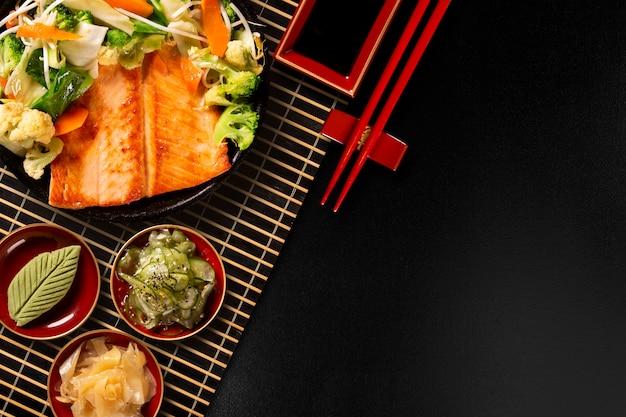 Délicieux gril au saumon teppanyaki avec des légumes dans la poêle en fer