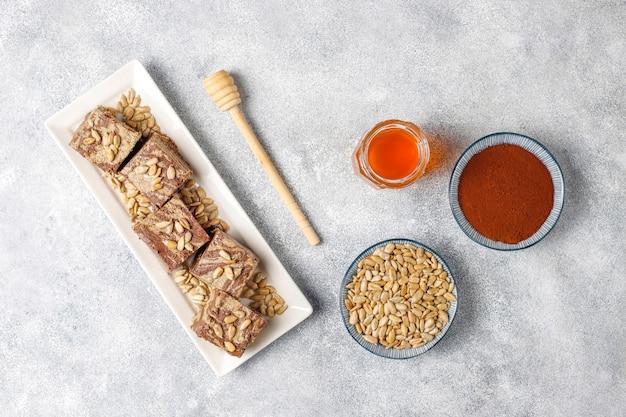 Délicieux halva de marbre aux graines de tournesol, cacao en poudre et miel