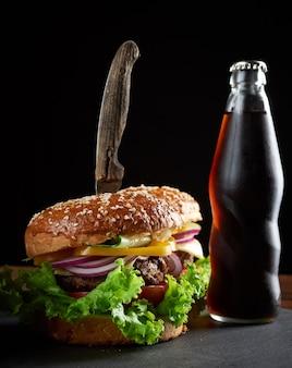 Délicieux hamburger avec escalope de boeuf frite et oignons. pain de farine de blé blanc croustillant