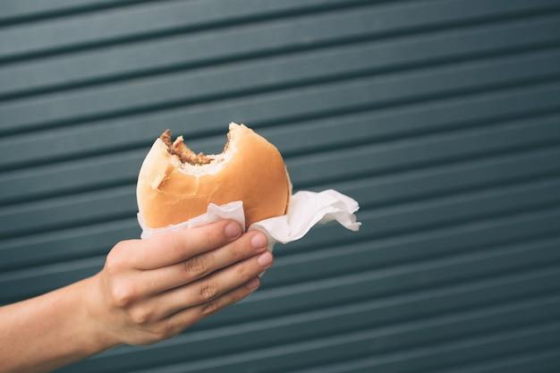 Délicieux hamburger à la main