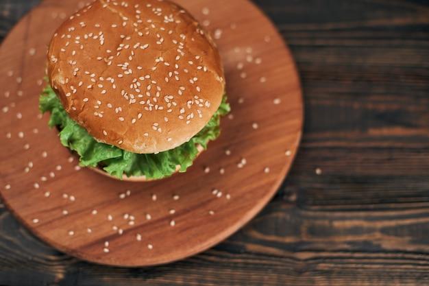 Délicieux hamburger sur une planche à découper en bois