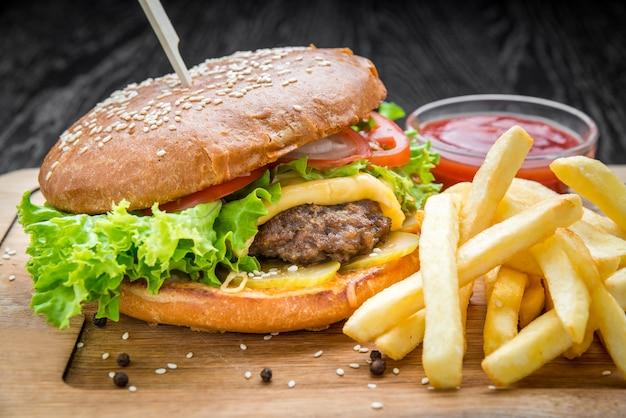 Délicieux hamburgers au boeuf, tomate