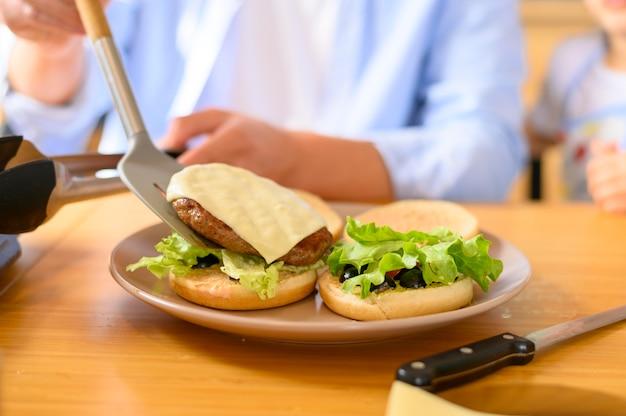 Délicieux hamburgers frais faits maison vue de face