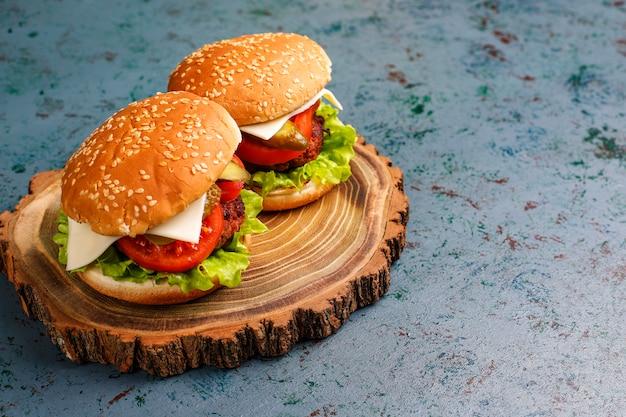 Délicieux hamburgers maison frais sur table