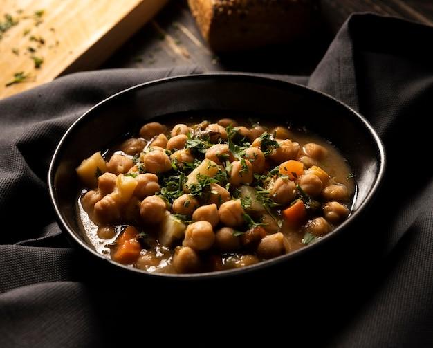 Délicieux haricots cuits dans un bol