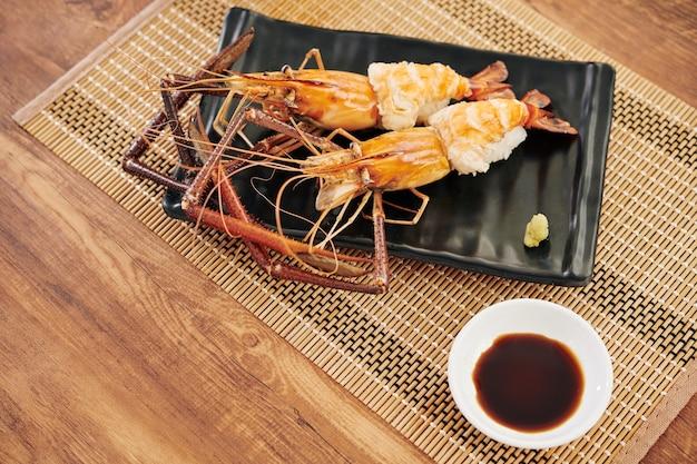 Délicieux homards épineux et sauce soja