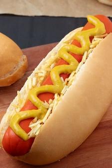 Délicieux hot-dog brésilien se bouchent.