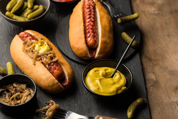 Délicieux hot-dogs arrangement high angle