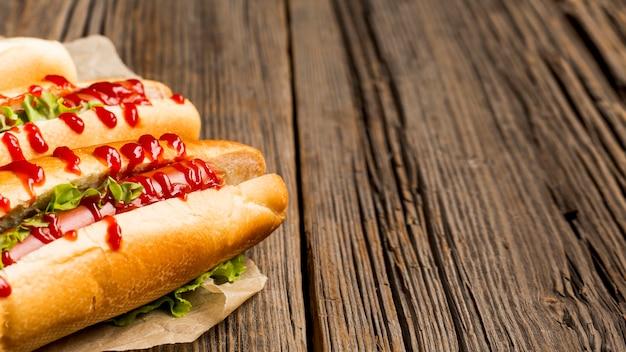 De délicieux hot dogs au ketchup