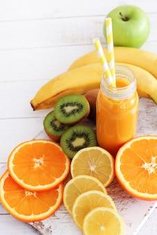 Délicieux jus fait avec divers fruits