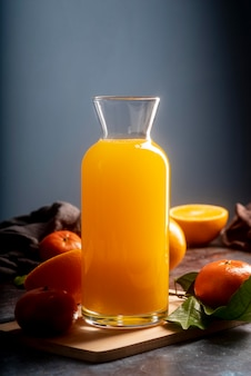 Délicieux jus d'orange en bouteille
