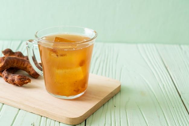 Délicieux jus de tamarin de boisson sucrée et glaçon - style de boisson saine
