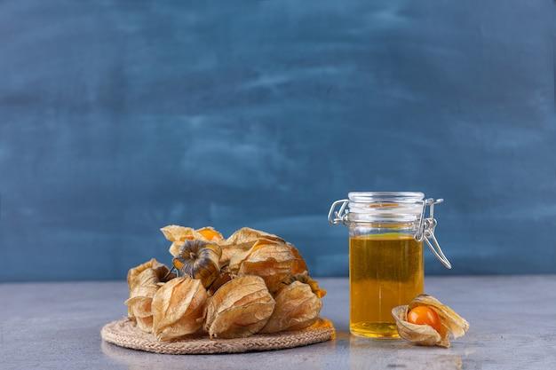 De délicieux kumquats mûrs frais placés dans un bol en céramique.