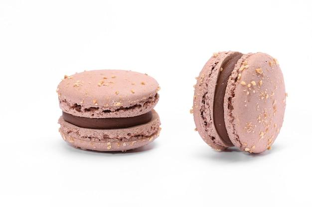 Délicieux macaron au chocolat isolé sur fond blanc.