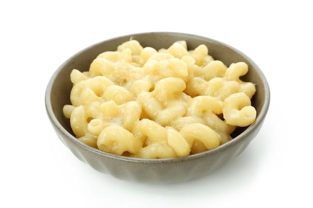 Délicieux macaroni au fromage isolé sur fond blanc