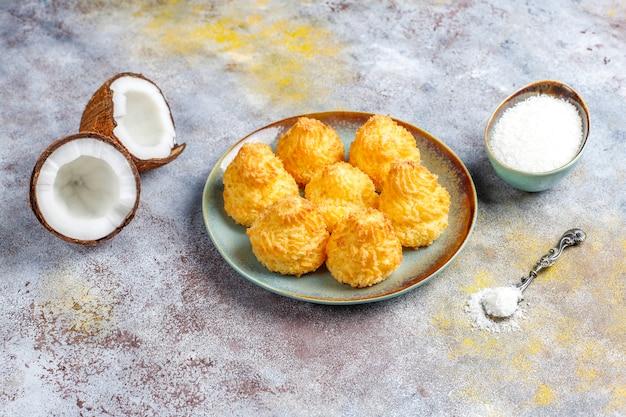 Délicieux macarons maison à la noix de coco avec noix de coco fraîche, vue de dessus