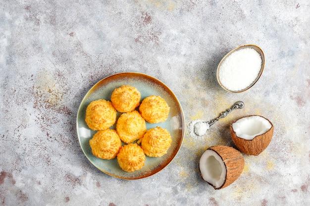 Délicieux Macarons De Noix De Coco Maison Avec Noix De Coco Fraîche, Vue Du Dessus Photo gratuit