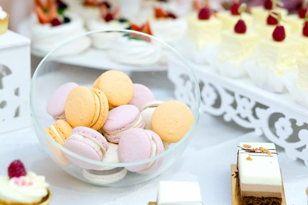 Délicieux macarons sucrés du désert au mariage, gros plan.