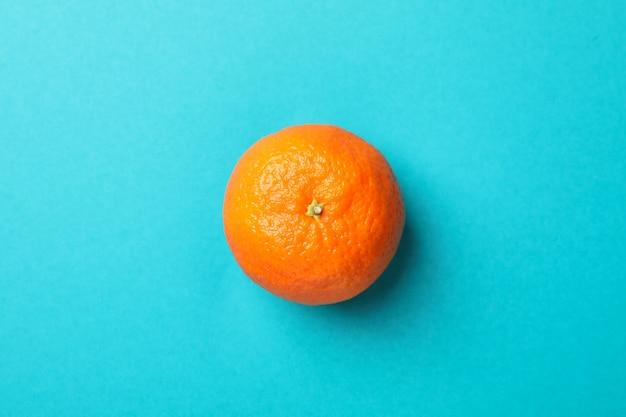 Délicieux mandarin sur fond turquoise, espace pour le texte