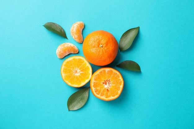 Délicieux mandarins sur fond turquoise, espace pour le texte