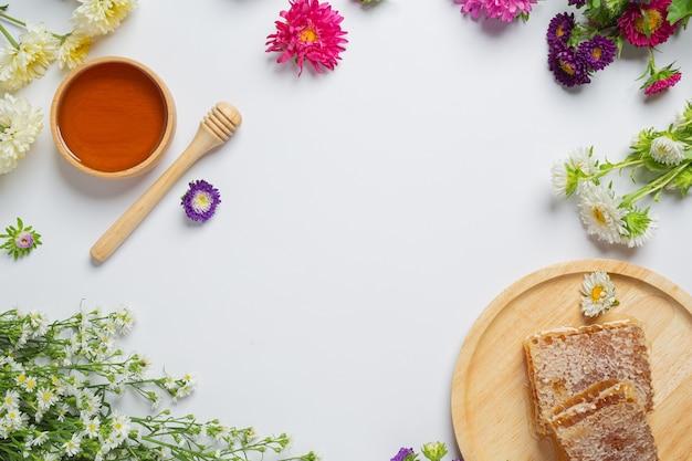 Délicieux miel sur surface blanche