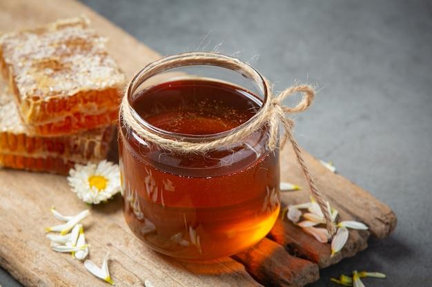 Délicieux miel sur une surface sombre