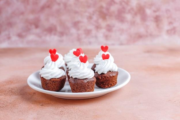De délicieux mini cupcakes au chocolat pour la saint-valentin.