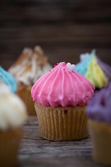 Délicieux mini gâteaux sur un fond vintage, dessert sucré pour noël,