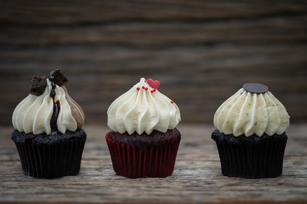 Délicieux mini gâteaux sur un fond vintage, dessert sucré