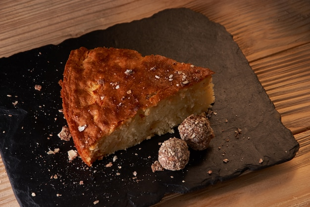Délicieux morceau de tarte aux pommes au four sur le schiste