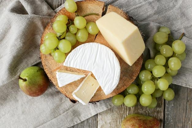 Délicieux morceaux de fromage et de fruits