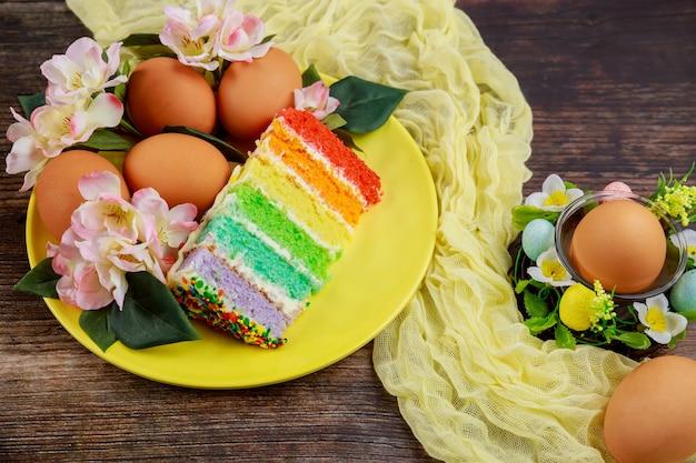 Délicieux morceaux de gâteau coloré et œufs bruns pour la fête de pâques.