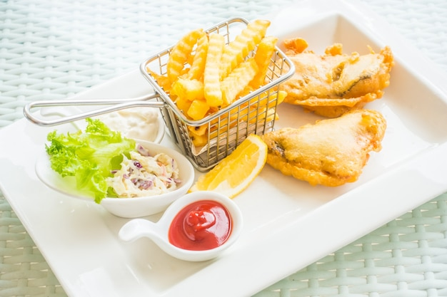 Délicieux morue frite avec des frites