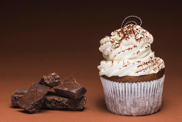 Délicieux muffin avec barre de chocolat cassée