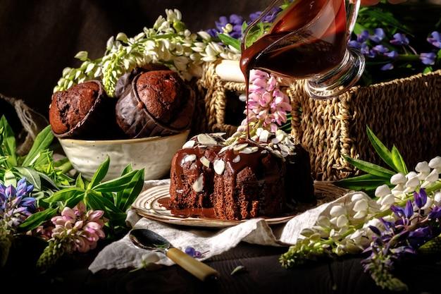 Délicieux muffins au chocolat sur une surface sombre, mise au point sélective