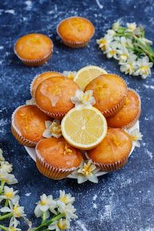 Délicieux muffins au citron faits maison avec des citrons sur une plaque