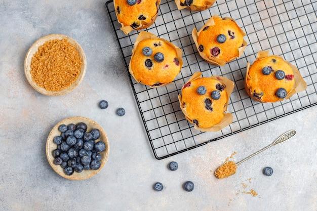 De délicieux muffins aux bleuets faits maison.