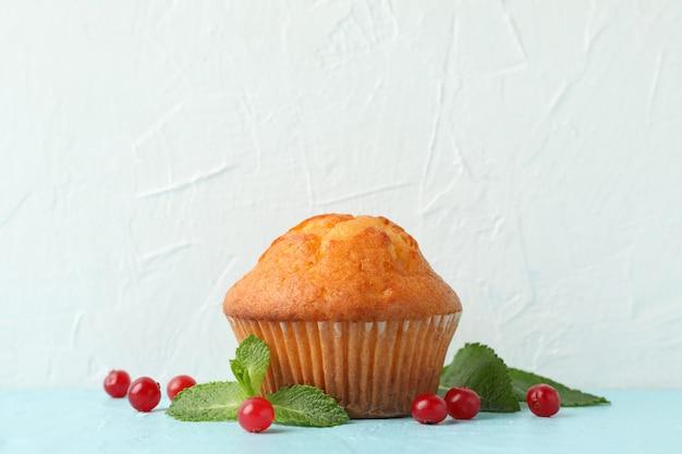 Délicieux muffins et baies sur fond blanc. aliments sucrés