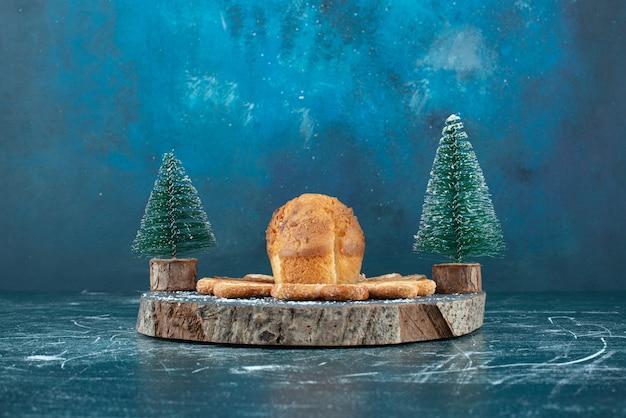 De délicieux muffins et biscuits sur une planche de bois sombre. photo de haute qualité