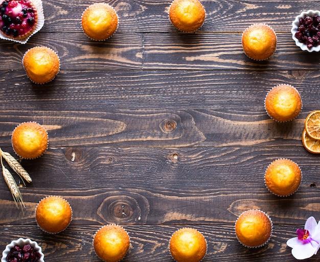Délicieux muffins faits maison avec cadre de yaourt