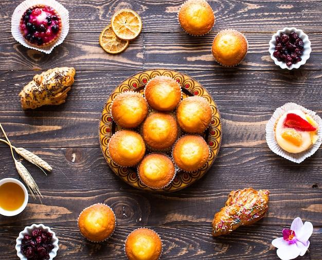 De délicieux muffins faits maison avec du yaourt, sur une surface en bois avec un espace pour le texte.