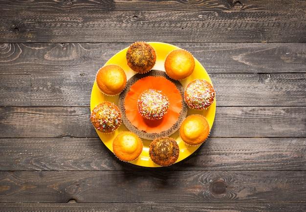 De délicieux muffins faits maison avec du yaourt, sur une table en bois