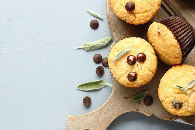 Délicieux muffins faits maison sans gluten avec des gouttes de chocolat sur une planche à découper en bois avec espace pour copie